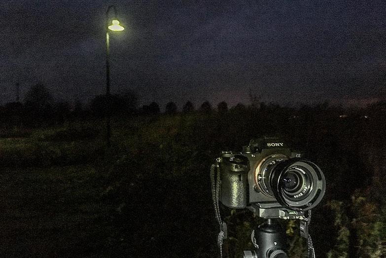 Im Test: Landschaftsfotografie, Frontansicht SONY Alpha 7s2 und ZEISS Biogon-M 2,0/35 mm sowie NOVOFLEX NEX/LEM-Adapter. Foto: Klaus Schoerner