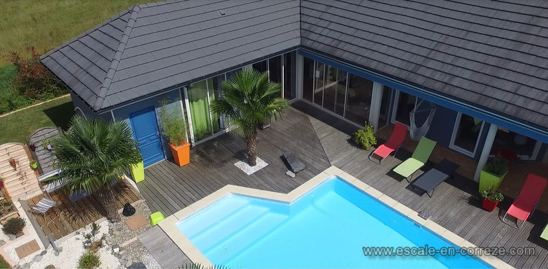 La terrasse de la piscine .