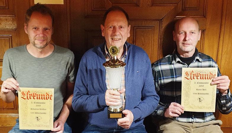 Die Clubmeister 2019 der Geselligen Runde Bad Tölz:                                        Sebastian Kleffner (1.068 Schnittpunkte) Albert Vosseler (1.157), Rainer Holl (1.044)