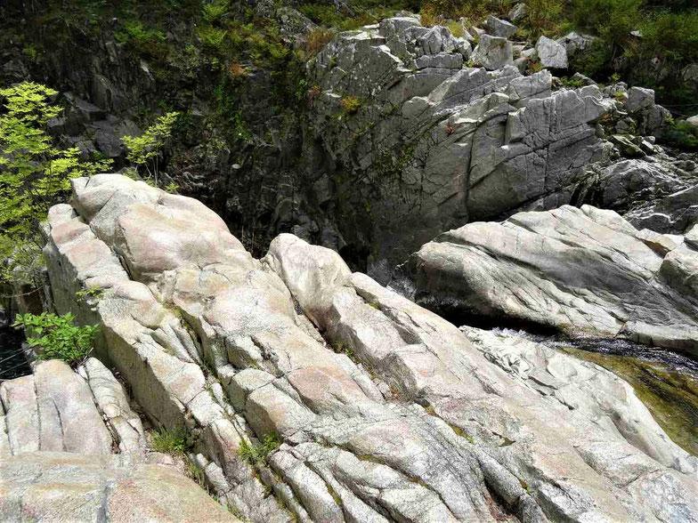 谷に張り出した岩