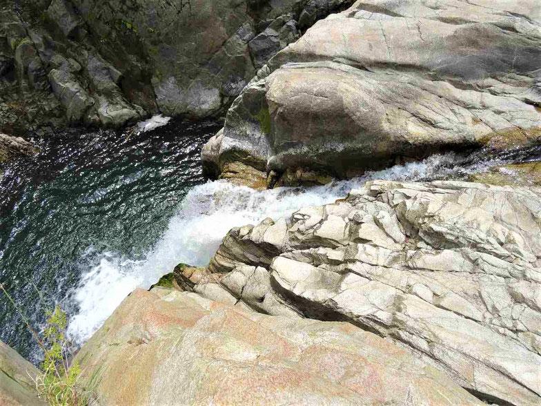 その大きな岩の横から落ちる滝