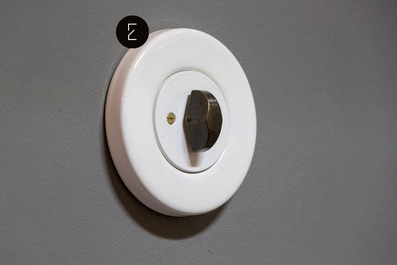 Interrupteur et prise ronde en porcelaine blanche, noire, béton et verre