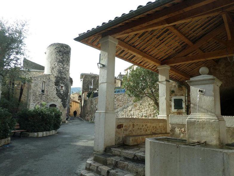 La rue pricipale du village avec le lavoir et la tour Sarrazine qui est en fait un colombier