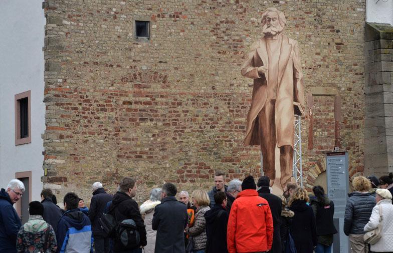 Una rappresentazione in legno della statua di Marx in piazza a Treviri, che anticipa quella in bronzo, così da mostrare ai residenti l'effetto che produce