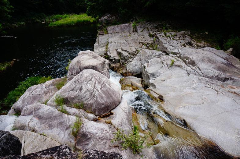 お風呂のあとは川の周りを散策
