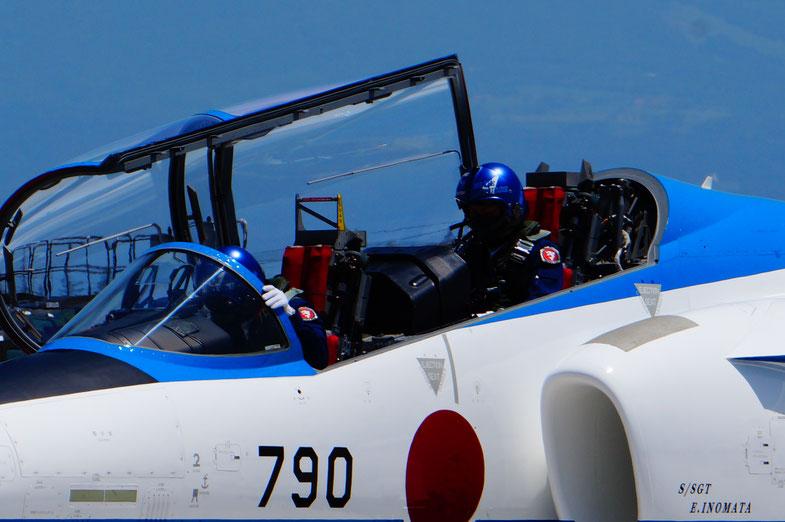 ヘルメットを装着したパイロットさん、炎天下でとても暑いと思います。さらにつづく・・・