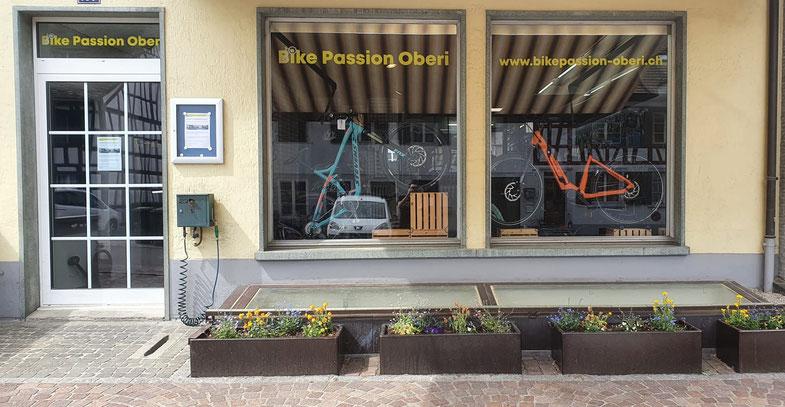 Ladenfront von Bike Passion Oberi mit Schaufenstern