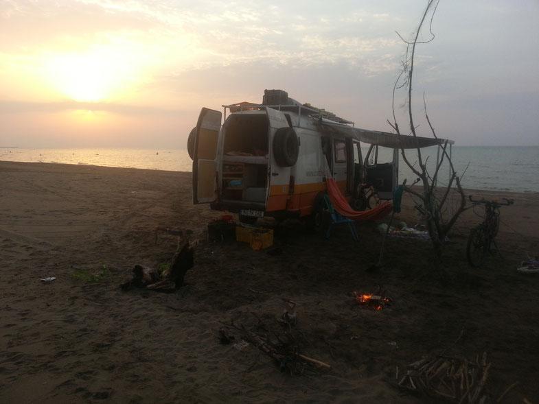 So haben wir es am liebsten: Am Strand mit Hängematte wie hier am Kaspischen Meer bei Rascht, Iran