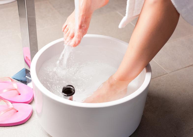 Es dauert etwa 10 Minuten, und ist ein Fuß und Unterschenkelbad. Man verwendet dazu entweder die Kneippsche Fußbadewanne oder ein ausreichend großes Wasserbehältnis. Je nach Bedarf kann dem Wasser zum Beispiel Eichenrinde, Salbei oder eine Handvoll Salz.