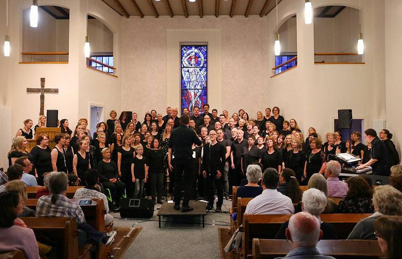 Etwa 130 Gospelenthusiasten gaben in der evangelischen Kirche in Erkelenz ein Konzert, nachdem sie einen dreitägigen Gesangsworkshop besucht hatten. FOTO: Ruth Klapproth