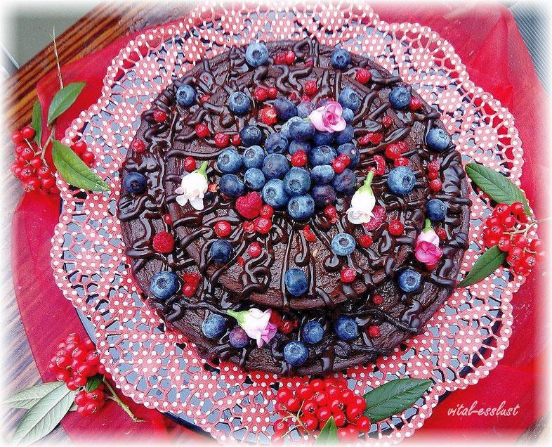Süßkartoffel, Heidelbeeren, Schokotorte auf rotem Tuch