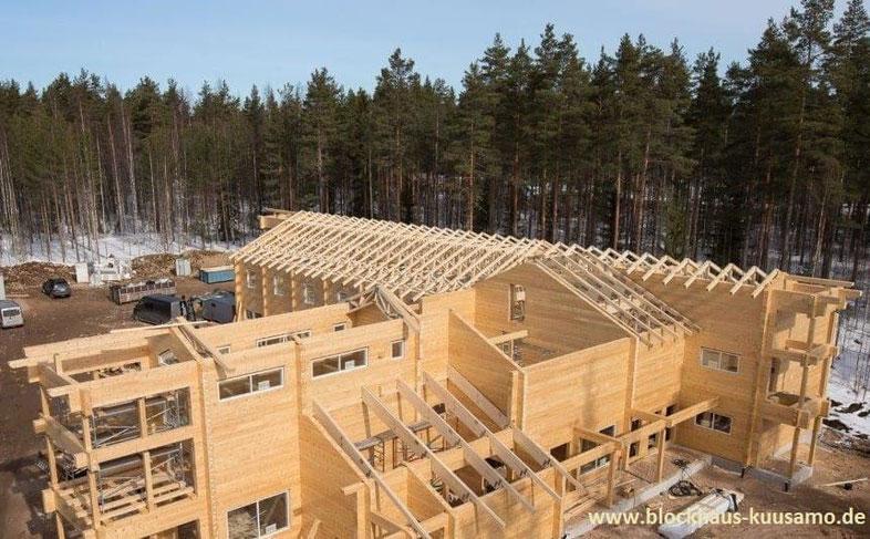 Hier entsteht ein modernes Blockhaus-Hotel für max. 60 Gäste. Lamellenbalken mit Balkenstärke 230x220 mm². Blockhausbau - Hersteller - Blockhausbauer - Massive Blockbohlenhäuser - Werkplanung - Werkplaner - Bauberater - Fachberater - Architekt