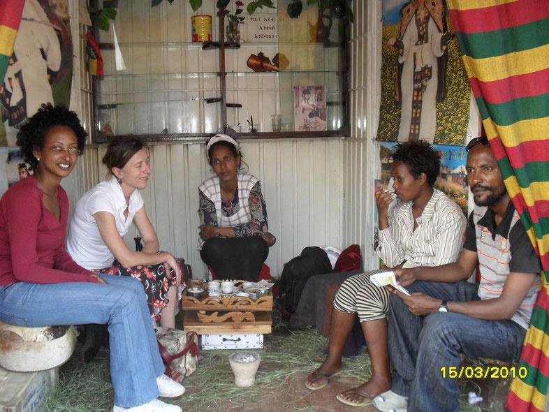 Guylaine dans le coffee shop de son amie Tourayé (au centre). Au 1er plan à droite, Seyum Dahdi, guide du park national d'Awash (Région Affar).
