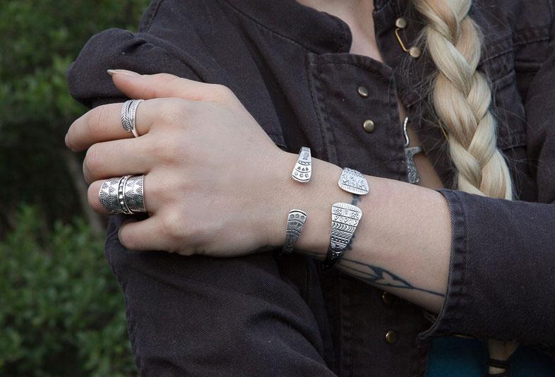 bracelets rigides, joncs en argent massif avec motifs ethniques et patinés