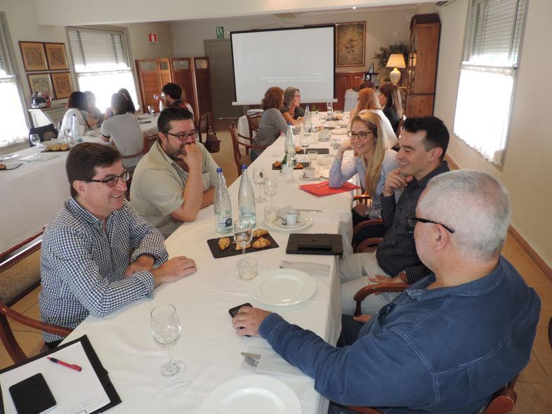 Bati Bordes, del Marino Rotes, junto a otros empresarios, intercambiando opiniones durante la formación