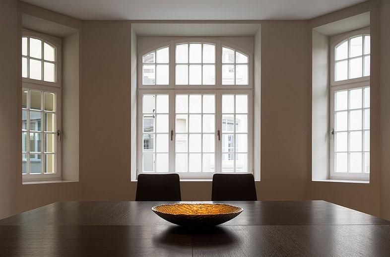 Architekturfotografie Kaisersruh (ehem. Lost-Place Herrenhaus bei Aachen): Interieurfoto mit Erker, Foto: Dr. Klaus Schörner, Bauherr: Franko Neumetzler, Architekt: Studio Makarowski, Copyright 2018