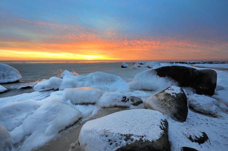 Oft zeigt sich Bornholms Küste im Winter tief verschneit oder vereist. Foto: Destination Bornholm