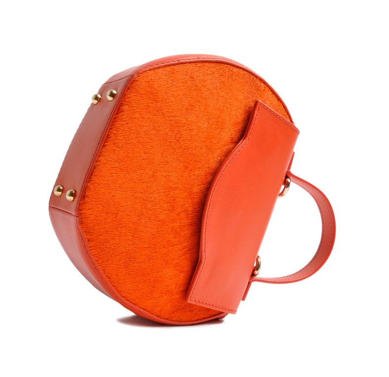 exklusive Dirndltasche aus orangefarbenem Leder mit modischer Acrylkette