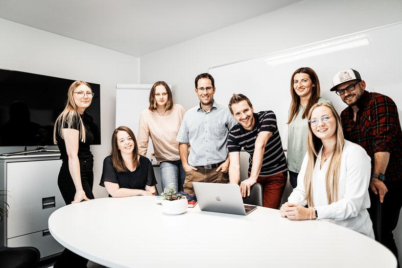 Team Foto im Bürogarten