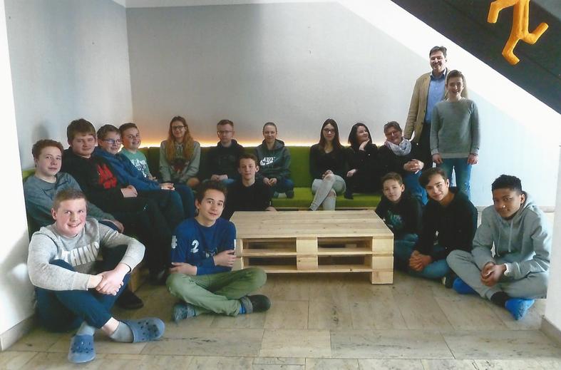 Die achte Klasse mit Klassenlehrerin und Konrektorin Sabine Föckersperger und Rektor Andreas Kellerer