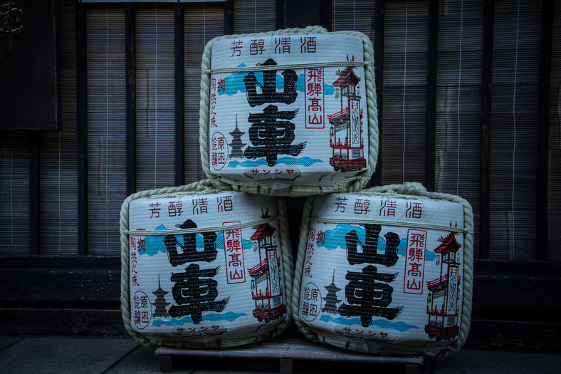 Barili di sakè a Takayama fuori da una distilleria