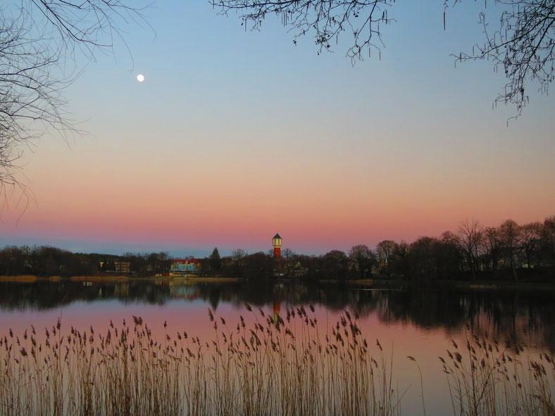 Glambecker See Neustrelitz Wasserturm am Abend