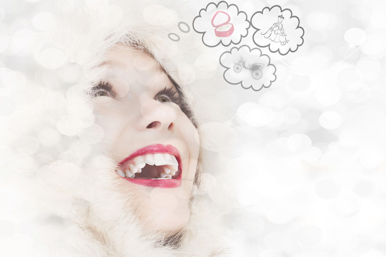 Frau die sich in Sprechblasen Gedanken über verschiedene Dinge macht.