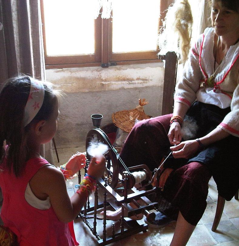 filage sur rouet à La Petite Maison du Lin de lignières-Sonneville
