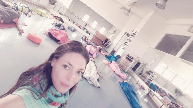 Tiefenentspannung mit Olga Riemann im Mittagspausen Yoga im Bismarckviertel. Hatha Yoga Lehrerin Augaburg