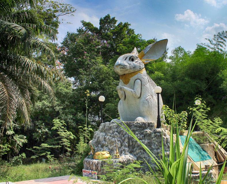 Dieser Hase ist nur eine der vielen außergewöhnlichen Atrraktionen des Wat Sam Phran