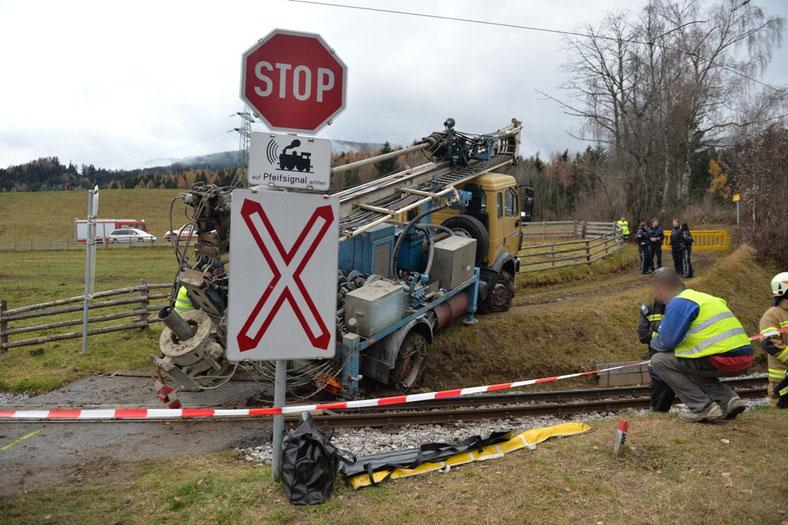 der LKW rutschte mit den hinteren Stützen unter die Schienen und drohte die Gleisanlagen zu beschädigen