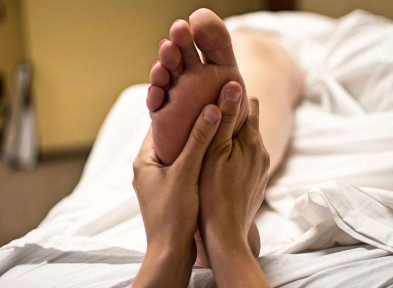 Buchen Sie einen günstigen ganzkörpermassage, massage, rückenmassage, fußmassage, körper, fußpflege, kosmetikstudio, fußreflexzonen, entspannung, fußreflexzonenmassage, spa, wellness im Kosmetikstudio Winsen Luhe, Winsen, Luhe, winsen  Frauen und Männer