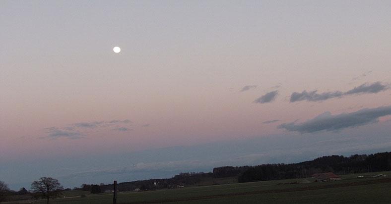 Achtsamer Abendspaziergang bei Sonnenuntergang im Allgäu