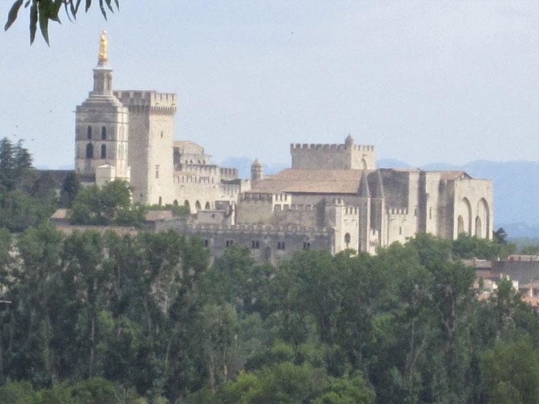 Bild: Les Jardins de l´Abbaye Saint André in Villeneuve-lès-Avignonleneuve-lès-Avignon hier Blick auf Papstpalast in Avignon