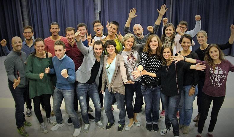Personnes dynamiques qui forment un atelier de théâtre d'improvisation universitaire