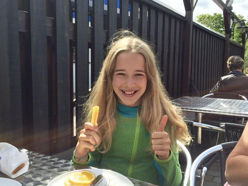 Platz 1 auf ihrer Fish & Chips Hitliste, meint sie. Daumendicke Pommes und frischer, saftiger Fisch - ein Genuss nicht nur für Kinder