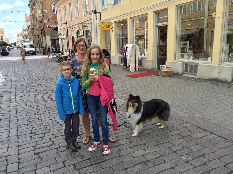 In Kalmars Innenstadt. Blaubeer-Käsekuchen-Eis und jede Menge netter Läden zum Bummeln