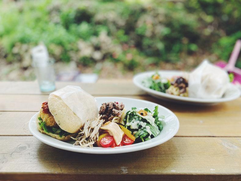 本日のパンサンド。手作りのパンに、こだわりの野菜を中心に丁寧に料理した彩りも美しいランチプレート