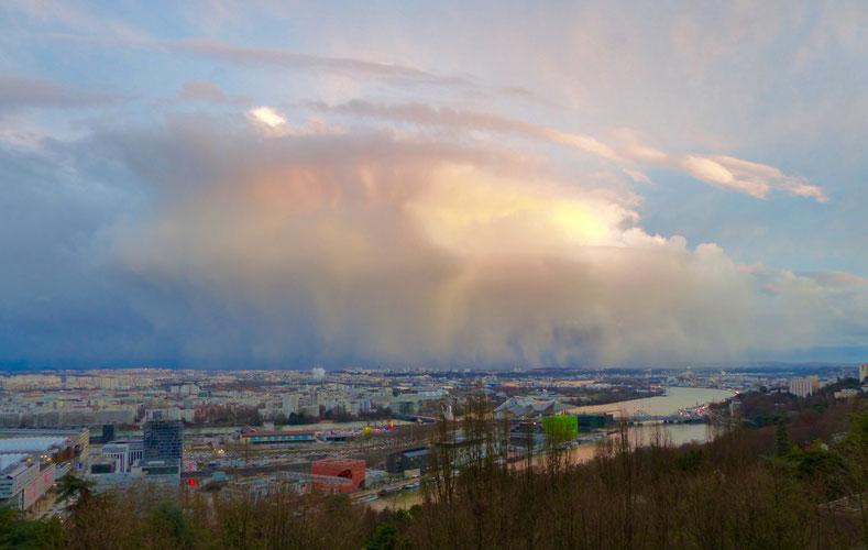 La même vue sans la neige, mais avec pluie, nuages et... soleil, quelques jours plus tard