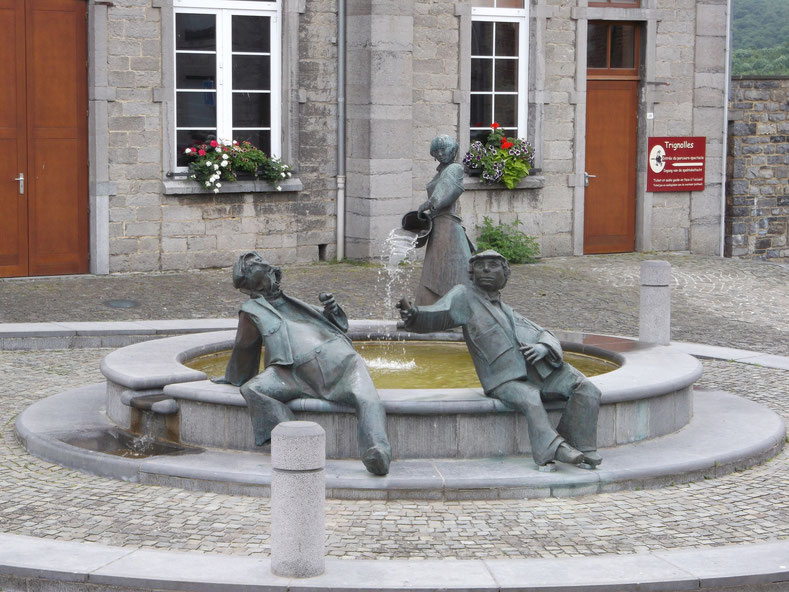 """Fontaine de Treignes avec 3 personnages de la """"Toinade"""" créée par Claude Rahir"""
