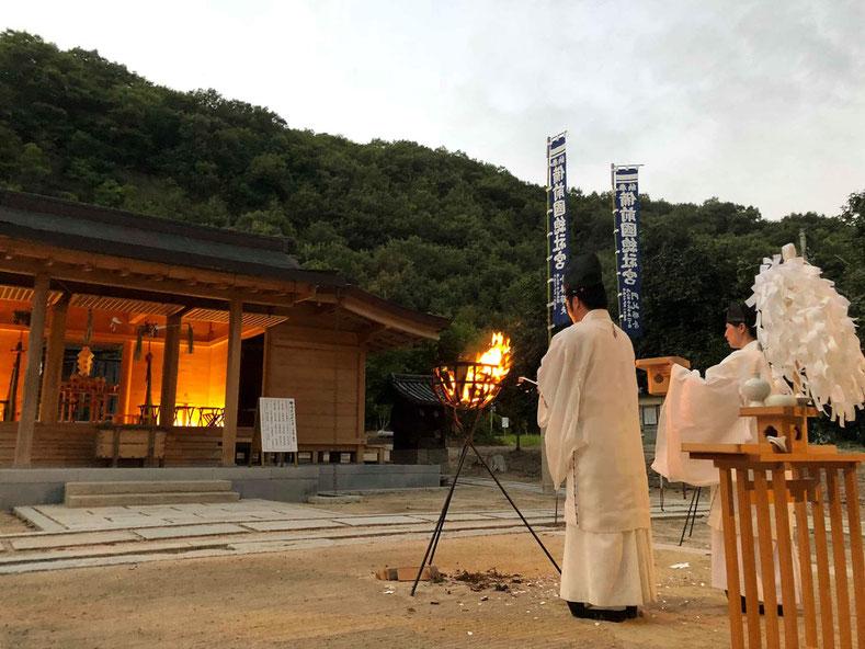 総社宮拝殿の前で大祓の人形を燃す武部宮司と難波氏