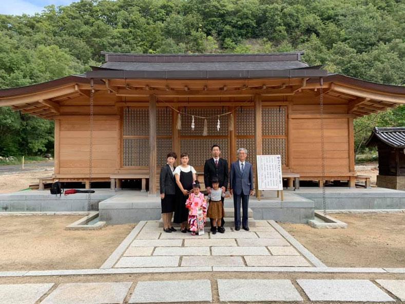 総社宮拝殿の前で記念撮影をする初宮詣のお参りに訪れたゆうかちゃんご家族