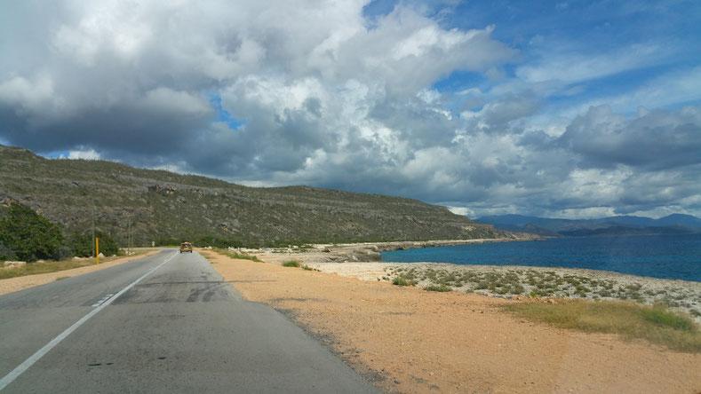 Cuba 2017 : Entre Gantanamo et Baracoa, la route longe le pied des montagnes en bord de mer