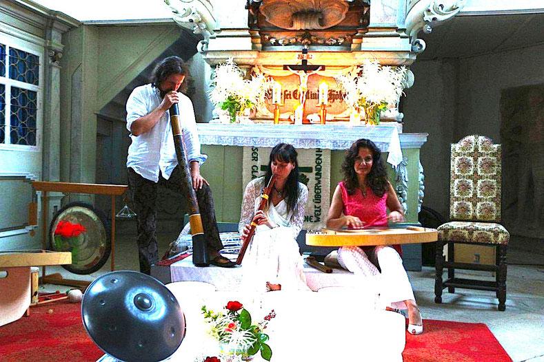 Foto: N. Richter  -v.r.  Katrin Huss, MIK, Thomas Plum  Kirche zu Kayna