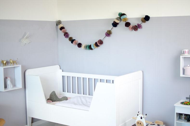 Modernes Kinderzimmer mit halbhoher Wandfarbe