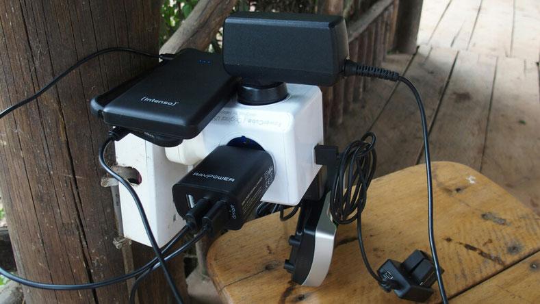 Erst belächelt, dann von allen geliebt: Verteiler Steckdose mit USB Anschluss und Adapter für Uganda