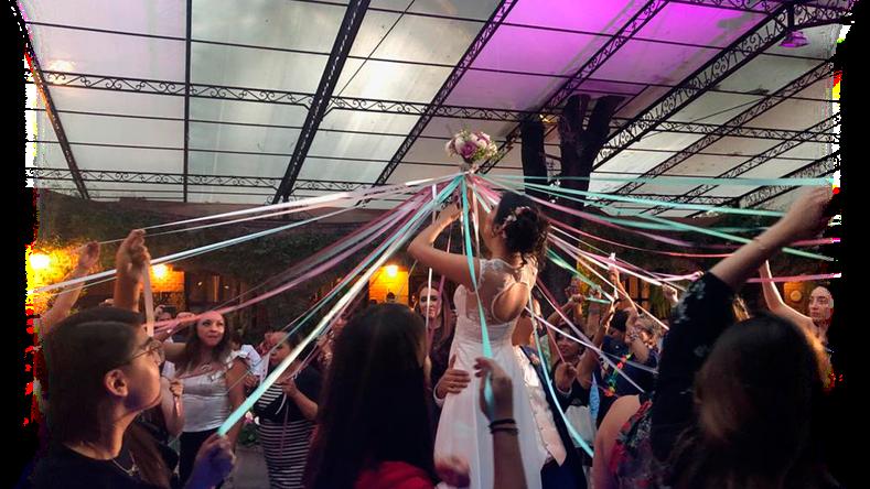 Lanzamiento de ramo durante una presentación del dj para bodas de la empresa Karaoke Luz y Sonido, en Jardín Maja, Álvaro Obregón, CDMX