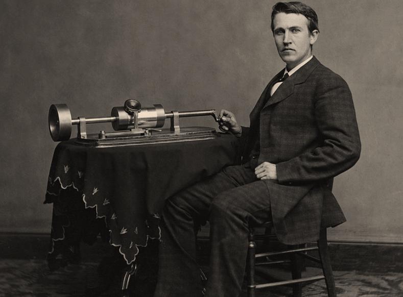 Thomas Alva Edison mit seinem Zinnfolienphonographen. Aufnahme von 1878.