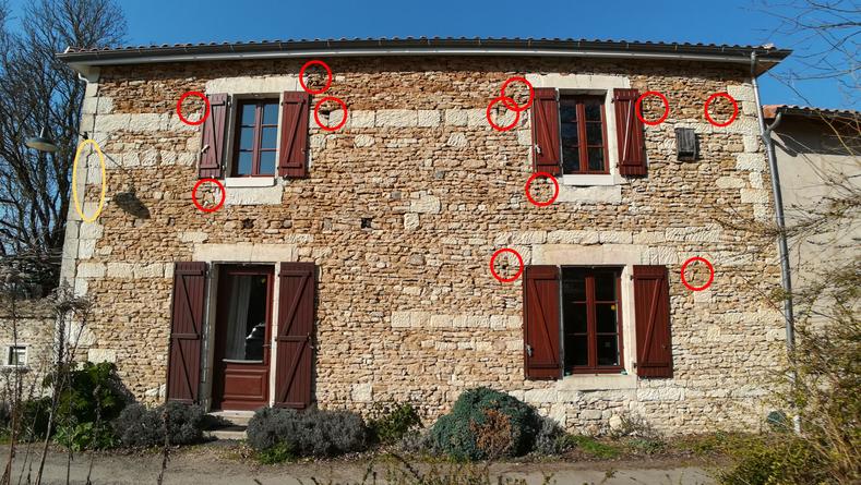 Façade en pierre du Moulin de Chéneché qui sert d'abris à de nombreux animaux.