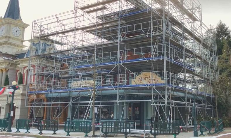 La réhabilitation de la façade la boutique Storybook Store, avec de nouveaux échafaudages et une bâche